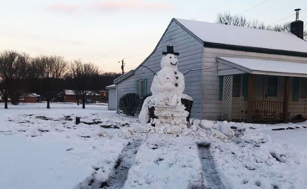 Гигантский снеговик против автомобиля, Jeep crashed into a snowman Kentucky